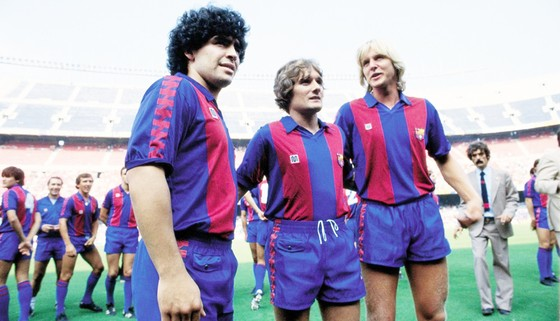Maradona (trái) và Schuster (phải) đều rời bỏ Barca ở đỉnh cao phong độ
