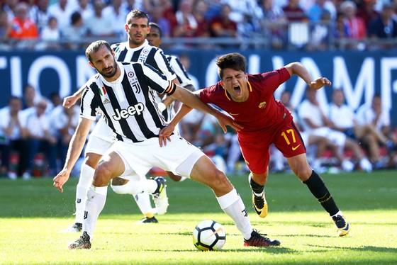 Giorgio Chiellini (trái, Juventus) tranh bóng với Cengiz Under (Roma) trong ICC 2017 ở Foxboro, Massachusetts.