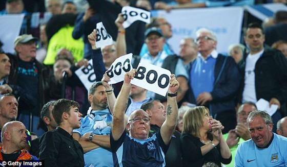 Người hâm mộ giờ đây thoải mái la ó bài hát chính thức của Champions League.