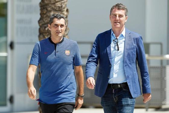 Thư ký Fernandez (phải) chưa đáp ứng được yêu cầu tăng viện của HLV Valverde