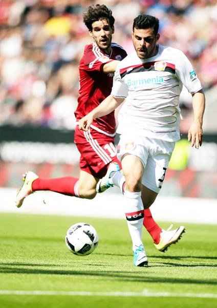 Javier Hernandez đã ra đi, trách nhiệm ghi bàn sẽ đè nặng lên đôi chân của Kevin Volland (phải).