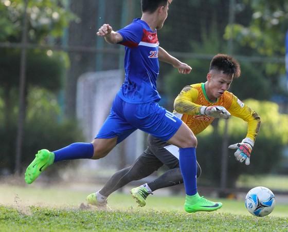HLV Hữu Thắng đã loại thủ môn Sỹ Huy (phải) khỏi danh sách.  Ảnh: Hoàng Hùng