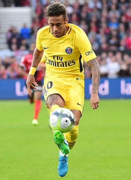 Neymar tỏa sáng trong trận PSG thắng Guingamp 3-0.