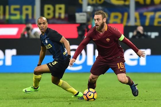 Daniele De Rossi (phải, Roma) kiểm soát bóng trước Joao Mario (Inter)