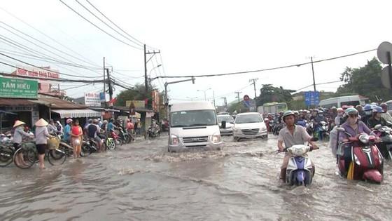 TPHCM: Mưa lớn ngập nhiều nơi, giao thông ùn ứ ảnh 1