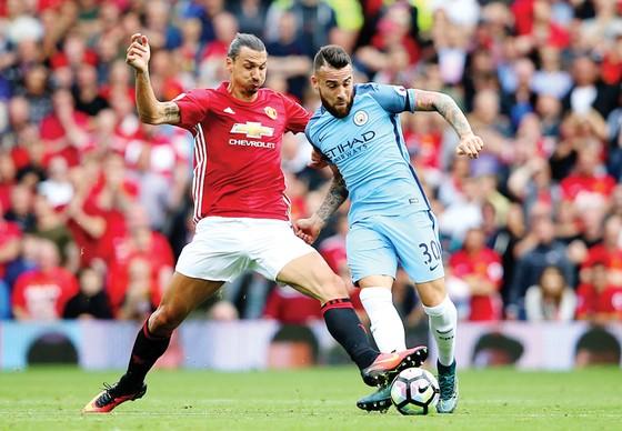 Ibrahimovic (trái, Man.United) tranh bóng với Otamendi (Man.City) ở lần đối đầu mùa trước
