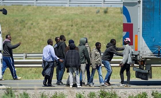 Pháp - Anh tìm cách ngăn người di cư bất hợp pháp ảnh 1
