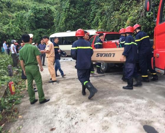 Xe chở du khách Singapore đâm vào vách đá trên núi Bạch Mã, 18 người bị thương   ảnh 1