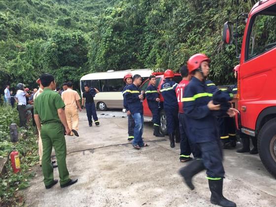Xe chở du khách Singapore đâm vào vách đá trên núi Bạch Mã, 18 người bị thương   ảnh 2