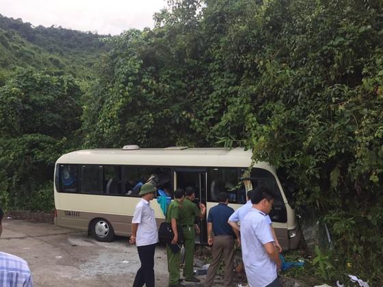 Xe chở du khách Singapore đâm vào vách đá trên núi Bạch Mã, 18 người bị thương   ảnh 5