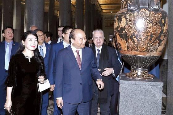 Thủ tướng Nguyễn Xuân Phúc thăm  TP Saint Petersburg ảnh 1
