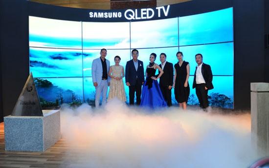 Ông Kim Cheol gi, Tổng giám đốc  Công ty Điện tử Samsung Vina (thứ 3 từ trái)  và các nghệ sĩ trong buổi ra mắt TV QLED 2017.
