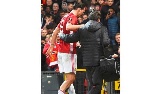 Ibrahimovic rời sân trong trận gặp Anderlecht.  
