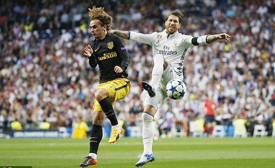 Sergio Ramos (phải, Real) truy cản Antoine Griezmann của Atletico Madrid. Ảnh: Reuters