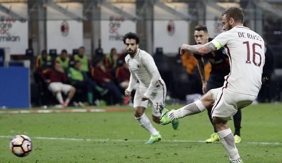 Daniele De Rossi sút thành công quả penalty, ấn định chiến thắng 4 - 1 cho AS Roma. Ảnh: AP