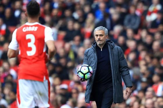 Jose Mourinho luôn tỏ ra bình thản khi chứng kiến diễn biến tại Arsenal.