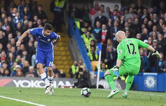 Diego Costa trong pha ghi bàn vào lưới thủ thành Brad Guzan. Ảnh: Dailymail