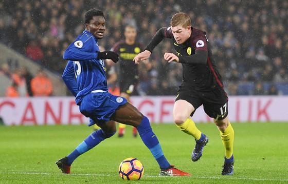 Kevin De Bruyne (phải, Man.City) tranh bóng với Daniel Amartey (Leicester).
