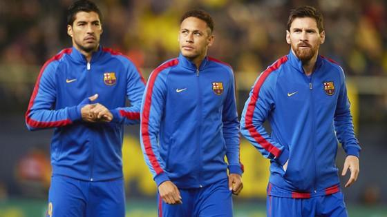 Neymar (giữa) khẳng định sẽ ở Barca dài lâu.