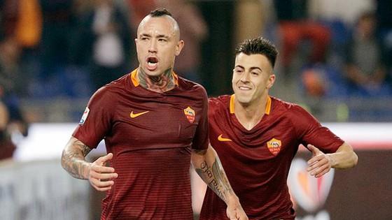 Stephan El Shaarawy và Radja Nainggolan cùng lập công mang lại chiến thắng cho AS Roma. Ảnh: Dailymail