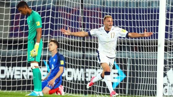 U20 Italia (áo trắng) xuất sắc vượt qua U20 để vào tứ kết
