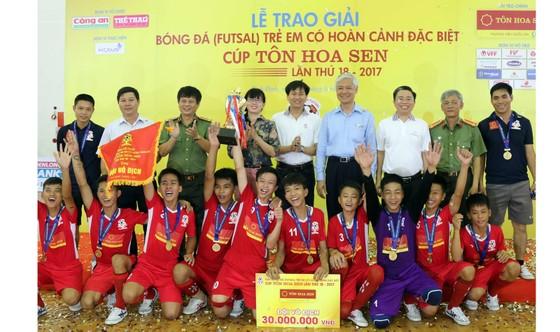 Các cầu thủ Trường Giáo dưỡng 4 tại lễ trao cúp vô địch. Ảnh: Quang Lê