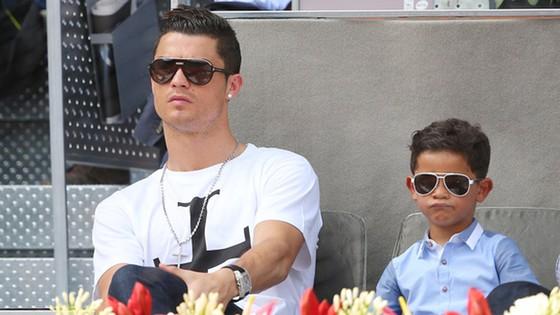 Cristiano Ronaldo liên tục gây tò mò khi có con với những phụ nữ ẩn danh.