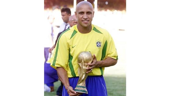Carlos và cúp vô địch World Cup 2002.