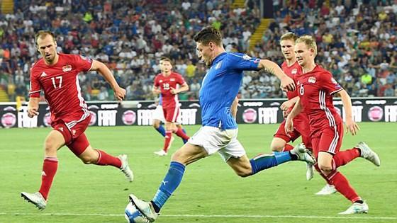 Tây Ban Nha và Italia tiếp tục giằng co ngôi đầu ảnh 1