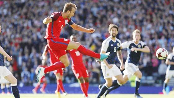 Harry Kane tung cú dứt điểm cận thành giúp tuyển Anh may mắn giành lại 1 điểm. Ảnh: Reuters