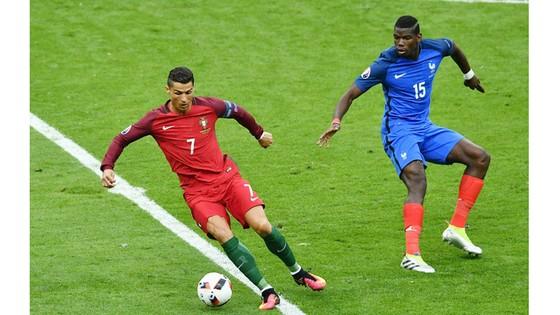 Cristiano Ronaldo (trái, Bồ Đào Nha) trong trận chung kết EURO 2016 với tuyển Pháp.