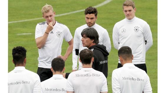 Không mặn mà với Confed Cup, ông Joachim Loew (giữa) sẽ chỉ mang sang Nga đội hình trẻ.