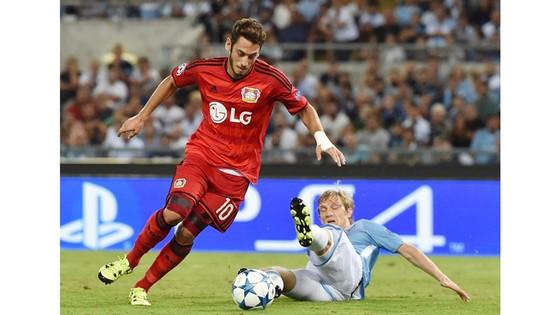 Hakan Calhanoglu (trái) đã đồng ý các điều khoản cá nhân với AC Milan.
