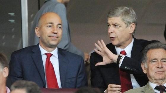 Ivan Gazidis (trái) và Arsene Wenger liệu chỉ giỏi… nói?