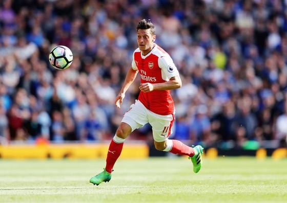 Mesut Oezil phải chăng đang quan tâm đến tài chính hơn là tập trung cải thiện năng lực để giúp Arsenal thành công?