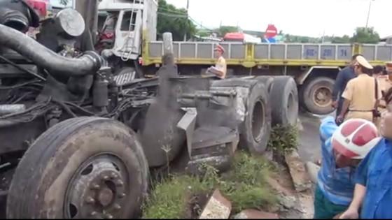 Xe container nổ lốp khi đổ dốc, gây tai nạn nghiêm trọng ảnh 1