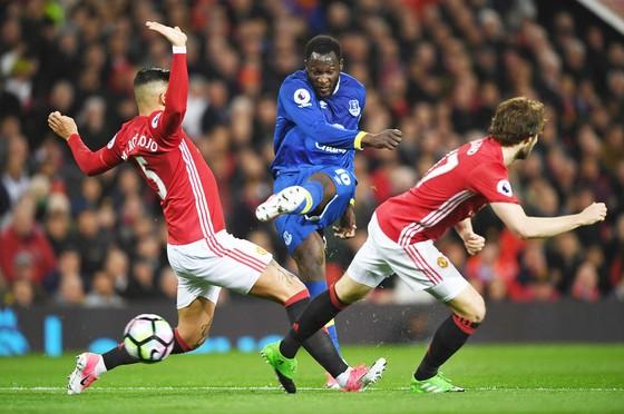 Romelu Lukaku (giữa) giờ không còn là mối đe dọa đối với hàng phòng ngự Man.United.