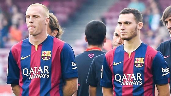 Mathieu (trái) và Vermaelen là hình ảnh tiêu biểu cho việc Barca mua đắt, bán rẻ.