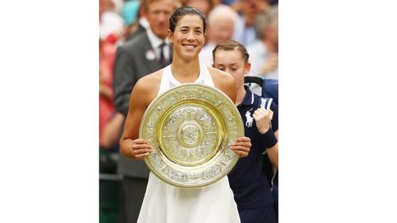 Garbine Muguruza và chiếc cúp vô địch Wimbledon 2017.