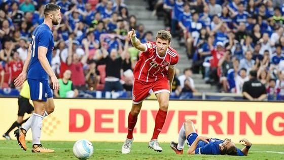 Thomas Mueller (giữa - Bayern Munich) lập cú đúp vào lưới Chelsea.