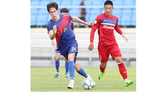 Hàng thủ Việt Nam dễ dàng để thủng lưới bởi pha bóng đơn giản đến không ngờ. Ảnh: Tùng Lê