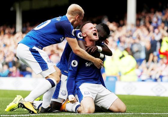 Wayne Rooney đầy phấn khích với bàn thắng cho Everton.