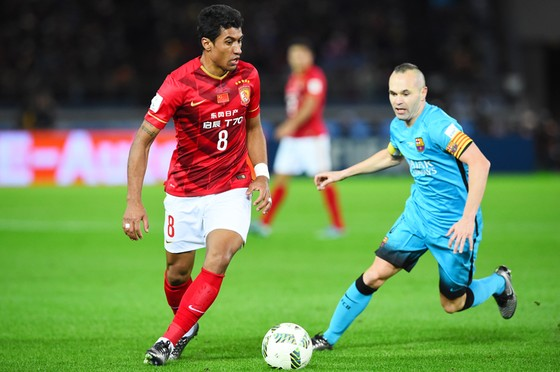 Thương vụ Paulinho (trái) là thất bại của Barca trên thị trường chuyển nhượng.
