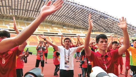 Người hâm mộ tin HLV Hữu Thắng và các cầu thủ đều hướng đến một chiến thắng trước Thái Lan… Ảnh: D.Phương