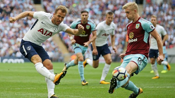 Harry Kane (trái) càng chịu áp lực ghi bàn thì anh càng gây thất vọng.
