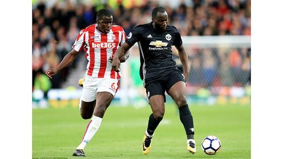 Stoke City buộc Manchester United chia điểm ảnh 1