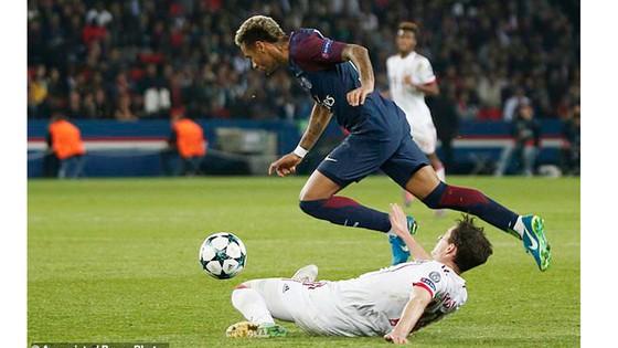Neymar vượt qua hậu vệ Sule của Bayern Munich