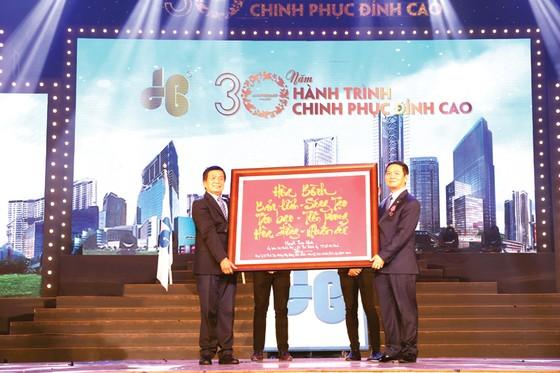 Công ty CP Tập đoàn Xây dựng Hòa Bình đón nhận Huân chương Lao động hạng nhì ảnh 1