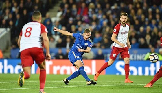 Leicester City (áo xanh) hòa West Bromwich 1 - 1