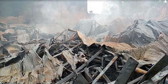 Cháy xưởng nệm mút ở huyện Bình Chánh, nhiều tài sản bị thiêu rụi ảnh 1